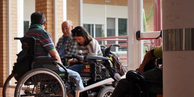 Usuarios con discapacidad conversando