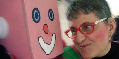 Mujer junto a un disfraz de carnaval