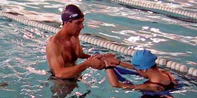 Haciendo ejercicios en la piscina