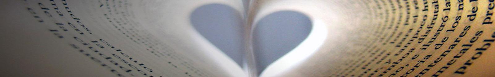 Silueta de un corazón en un libro